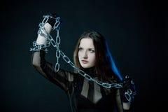 Gotisches Mädchen mit Ketten stockbilder