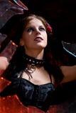 Gotisches Mädchen in unterbrochenem Fenster Lizenzfreies Stockbild