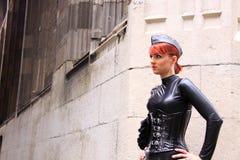Gotisches Mädchenlederkleid und -korsett stockbild