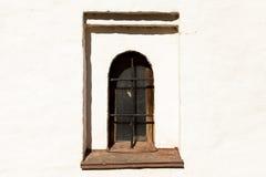 Gotisches Schloss Das alte Gefängnismauerfenster mit Eisenstangen stockbilder