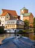 Gotisches Schloss durch einen Fluss. Lizenzfreie Stockbilder
