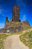 Gotisches Schloss Hazmburk auf felsigem Berg, mit Kiesweg und blauem Himmel, in Ceske Stredohori, Tschechische Republik Stockbilder