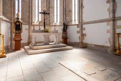 Gotisk absid av den Santo Agostinho da Graca kyrkan med en gravvalv på jordningen Royaltyfria Bilder
