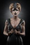 Gotisk blond vampiric kvinna fotografering för bildbyråer