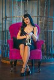 Gotisk flicka i svart kl?nning med skelett och den d?da katten i hennes rum bara fotografering för bildbyråer