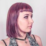 Gotisk flicka med kort karmosinrött hår fotografering för bildbyråer