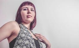 Gotisk flicka med kort karmosinrött hår arkivbilder