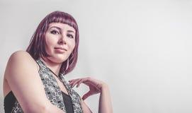 Gotisk flicka med kort karmosinrött hår Arkivbild