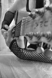Gotisk flicka på den elektriska gitarren Arkivbild