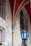 Gotisk glass lampa på en kedja Arkivbilder
