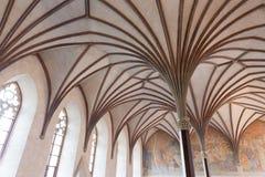 Gotisk korridor i den Malbork slotten Royaltyfri Bild