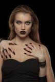Gotisk kvinna med händer av vampyren på hennes kropp royaltyfri bild