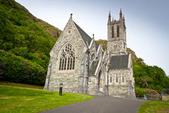 Gotisk kyrka i Connemara berg Fotografering för Bildbyråer