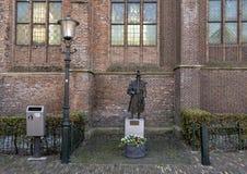 Gotisk lampa och bronsstaty Jan Janse de Weltevree, De Rijp, Nederländerna arkivbild