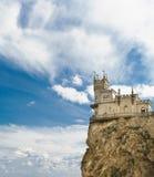 Gotisk slott i byn av Gaspra-svalors rede som byggs i 1912 av teknikern Leonid Sherwood - mot den härliga himlen A fotografering för bildbyråer