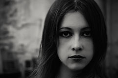 gotisk stående för härlig closeupflicka Arkivbilder