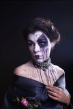 Gotisk uttrycksfull flicka på vanlig bakgrund Royaltyfri Fotografi