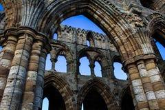 Gotiska bågar i förstörd abbotskloster Royaltyfri Bild