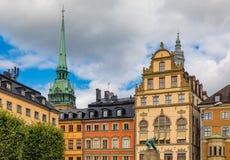 Gotiska byggnader i Kornhamnstorg kvadrerar i Stockholm gammalt stadG Arkivfoto