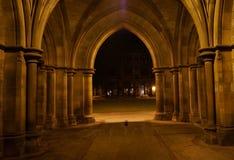 Gotiska kloster på natten Arkivbild