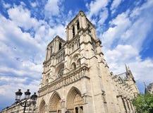 Gotiska Notre Dame i Paris med dramatiska moln, Frankrike Royaltyfri Foto