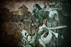 Gotiska skallar och ben nära den gamla fästningen arkivbild