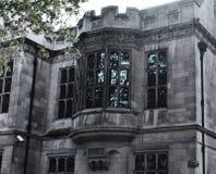 Gotiska Windows av den gamla gråa herrgården, bulldoggen, London, nära templet Arkivbilder