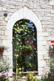 gotiskt fönster för assisi Arkivbilder