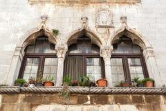 Gotiskt fönster i Kroatien - Porec Arkivbild