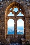 Gotiskt fönster med en bergsikt arkivbild