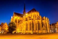 Gotiskt helgon Peters Church, Leuven, på natten Arkivbild