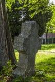 Gotiskt kors och gravvalv i kyrkogård på denHubert kyrkan, Aubel Arkivfoto