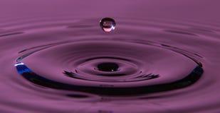 Gotita de agua en un baño de agua Fotografía de archivo libre de regalías