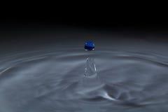 Gotitas de agua azul Fotografía de archivo