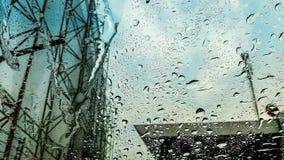 Gotitas de agua en el parabrisas cuando lluvia fotografía de archivo libre de regalías
