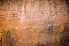 Gotitas de agua en la pared de la cueva. fotos de archivo