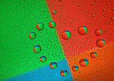 Gotitas de agua sobre el vidrio bajo la forma de corazón Imagen de archivo libre de regalías