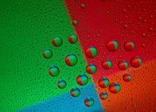 Gotitas de agua sobre el vidrio bajo la forma de corazón Imagenes de archivo