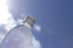 Gotitas de la botella de agua en el cielo Foto de archivo libre de regalías