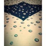 Gotitas de la lluvia en capo del coche fotos de archivo libres de regalías
