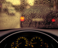 Gotitas de la lluvia en el parabrisas del coche Imagenes de archivo
