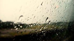 Gotitas de la lluvia sobre el vidrio de ventanilla del coche Imagen de archivo libre de regalías