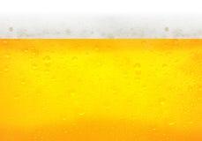 Gotitas en la cerveza recientemente vertida Imagenes de archivo