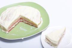 Gotować kulebiaka z mascarpone śmietanką Skończony tort z impregnacją, mażący, kłama na talerzu Kolor warstwy są widoczne obrazy royalty free
