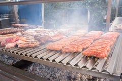 Gotować asortowanego mięso przy grillem Obrazy Royalty Free