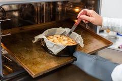 Gotować jabłczanego kulebiaka Obrazy Stock
