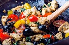 Gotować jedzenie na niecce Oliwka, rżnięta kurczak pierś, pomidory, chłodny, pieprzowy, spinacy i ziele obrazy stock