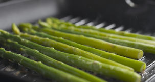 Gotować marznącego zielonego asparagus na grill niecce Obraz Stock