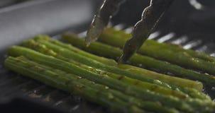 Gotować marznącego zielonego asparagus na grill niecce Fotografia Stock