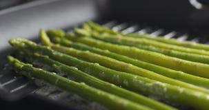 Gotować marznącego zielonego asparagus na grill niecce Fotografia Royalty Free